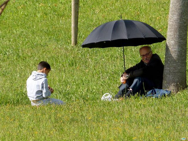 Abuelo acompañando al nieto